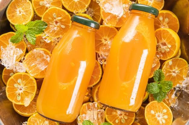 Verse jus d'orange in glazen pot met munt, vers fruit. selectieve aandacht.