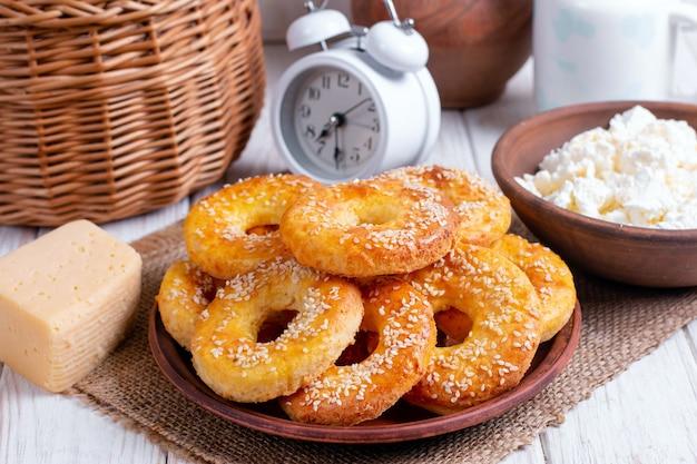Verse kaas bagels met sesamzaadjes in een kom op tafel