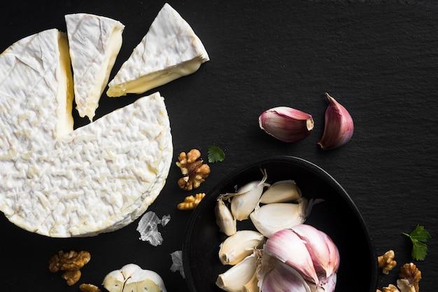 Verse kaas en knoflook plat leggen