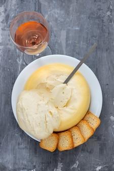 Verse kaas met toast en glas roze wijn