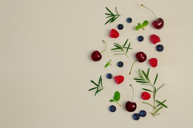 Verse kersen, bosbessen, frambozen, munt en rozemarijnblad