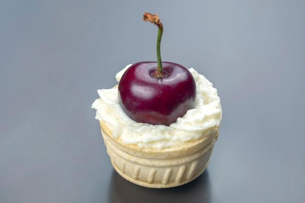 Verse kersenbessen in melkroom liggen in een wafelmand. gezond eten als ontbijt. vruchten van vegetatie. fruit dessert