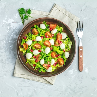 Verse kersentomaat, mozzarellasalade met groene slamix