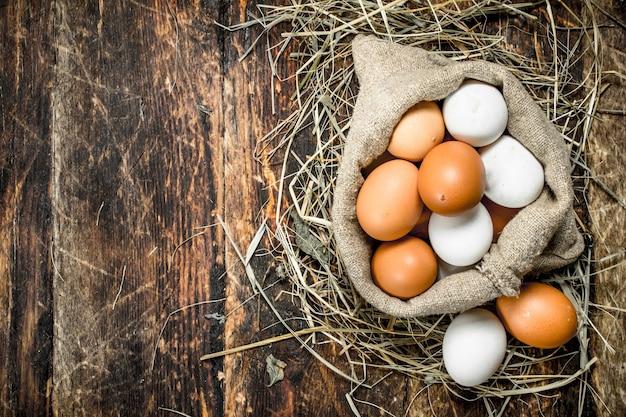Verse kippeneieren in een oude zak