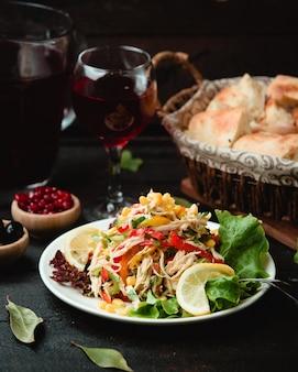 Verse kippensalade met groenten