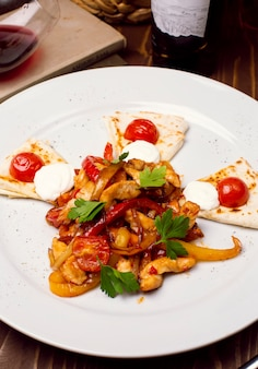 Verse kippensalade met plantaardige vulling, arabisch kaukasisch brood op een witte plaat. dieetmenu. goede voeding.