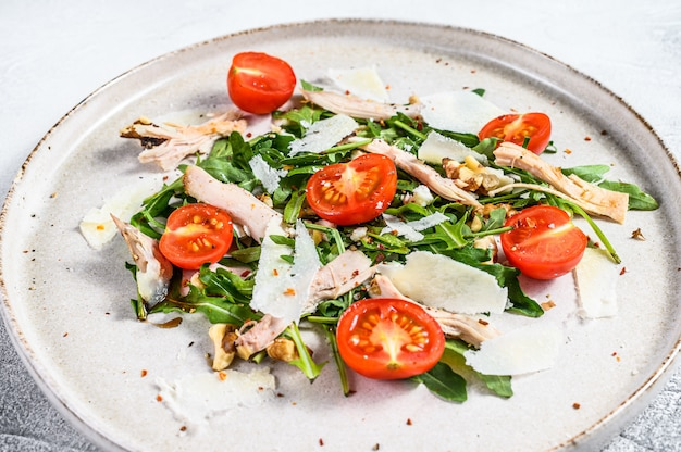 Verse kipsalade met feta, tomaat, noten en groenten. gezond voedselconcept. bovenaanzicht