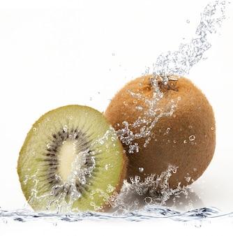 Verse kiwi die in water valt
