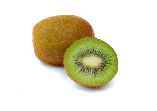 Verse kiwi geïsoleerd op een witte achtergrond