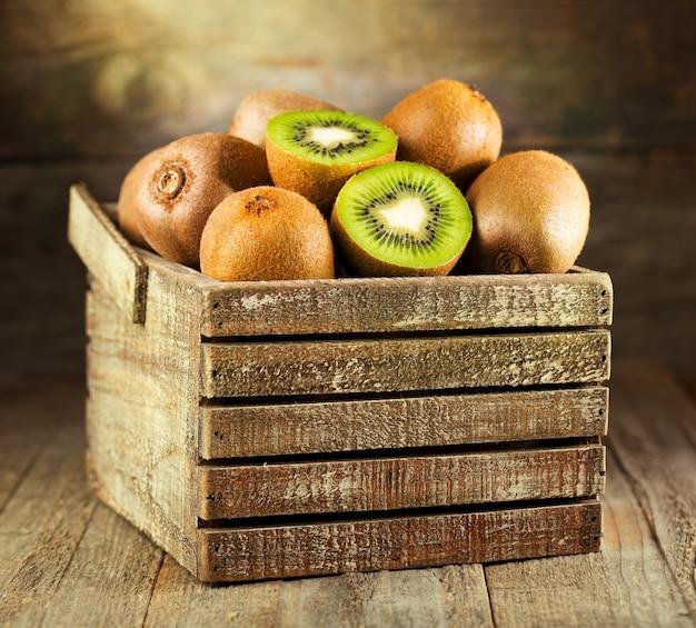 Verse kiwi in een houten doos