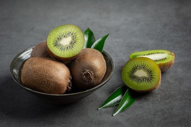 Verse kiwi, in tweeën gesneden, op een zilveren bord gelegd