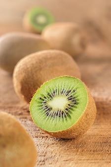 Verse kiwi op een ruwe houten tafel