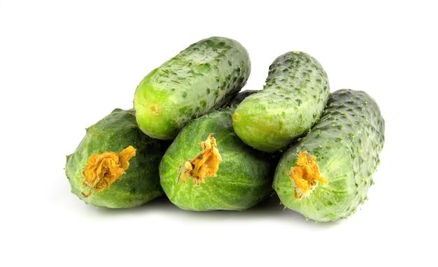 Verse kleine komkommers geïsoleerd op een witte achtergrond.