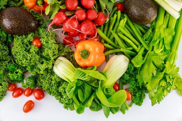Verse kleurrijke groente op witte ondergrond. bovenaanzicht.