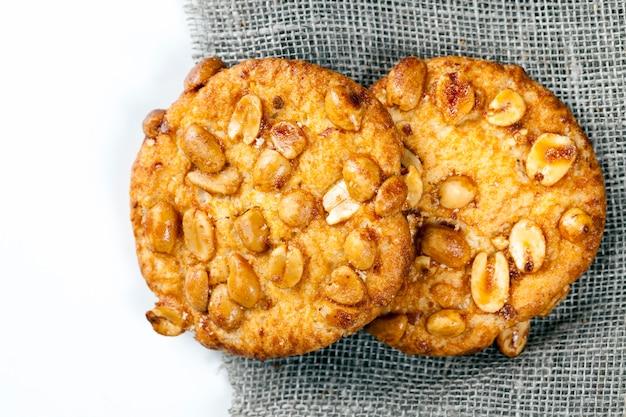 Verse knapperige koekjes gemaakt van tarwemeel en geroosterde pinda's