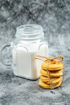 Verse koekjes en melk.