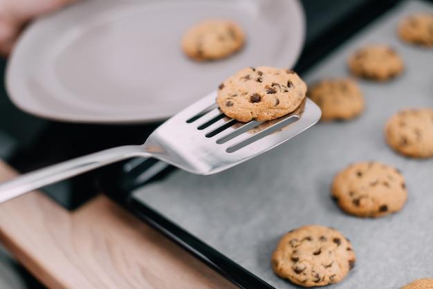 Verse koekjes verschoven van pan naar bord