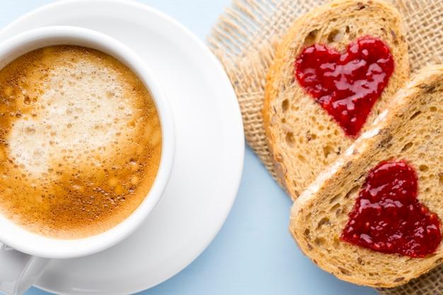 Verse koffie. graan sneetje brood met jam hartvorm.