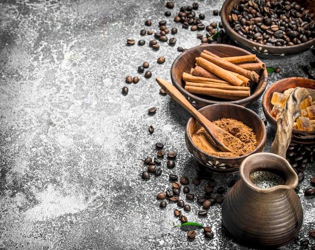 Verse koffie in een kleikalkoen met kristallen van suiker en kaneel. op een rustieke tafel.