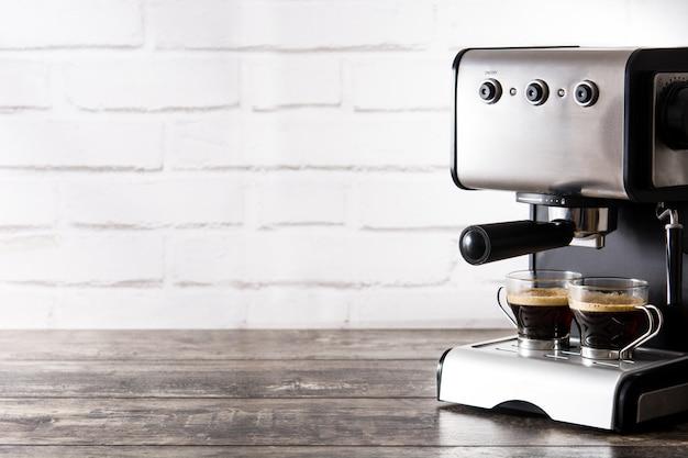 Verse koffie in espressomachine op houten tafel kopie ruimte