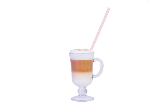 Verse koffie latte geïsoleerd op witte achtergrond