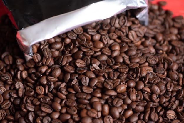 Verse koffiebonen. donkere vers gebrande koffieboon