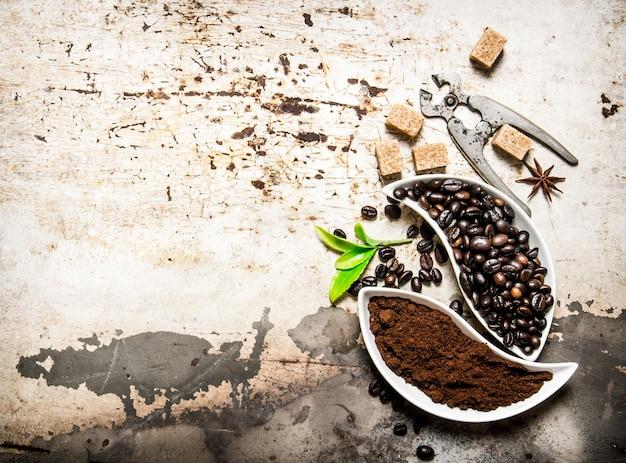 Verse koffiebonen en gemalen koffie met bruine suiker en tondeuse op rustieke tafel.
