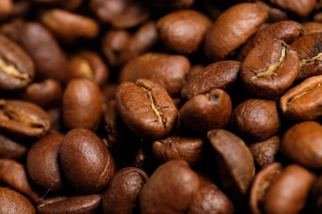 Verse koffiebonen na het roosteren. detailopname.