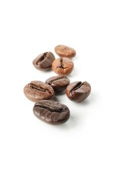 Verse koffiezaden die op wit worden geïsoleerd