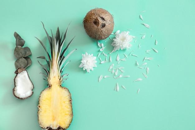 Verse kokosnoot met ananas op blauw.