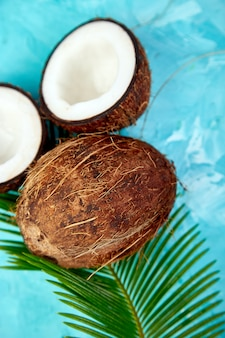Verse kokosnoot op blauw. plat leggen.