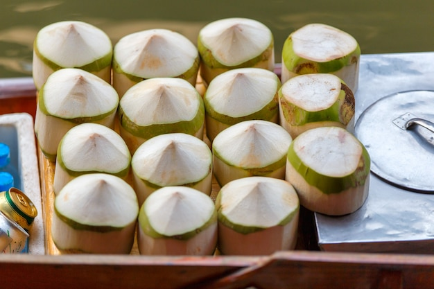 Verse kokosnoten bij de drijvende markt van damnoen saduak in ratchaburi dichtbij bangkok, thailand