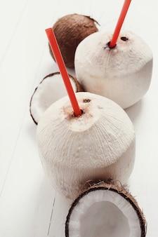 Verse kokosnoten en kokoscocktails