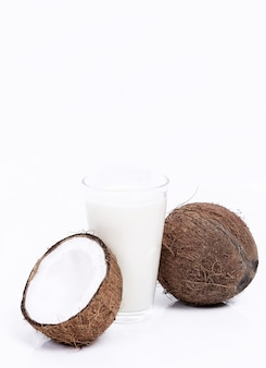 Verse kokosnoten en kokosmelk