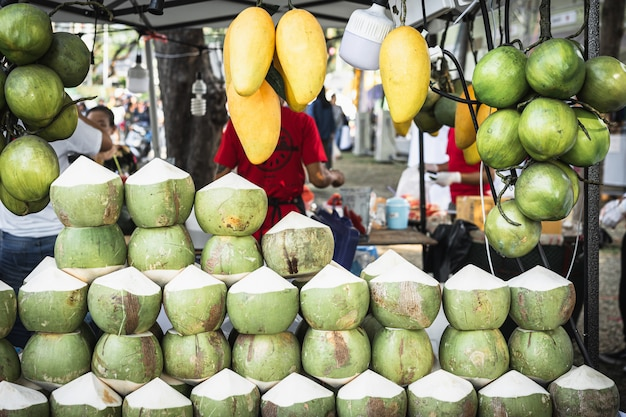 Verse kokosnoten in de markt