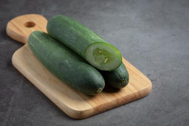 Verse komkommers gesneden op donkere achtergrond