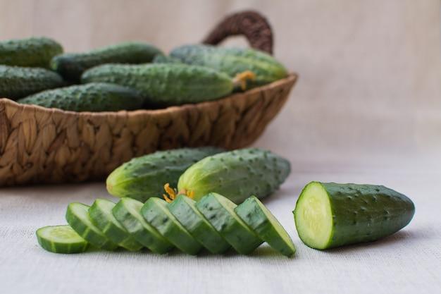 Verse komkommers in een rieten mand.