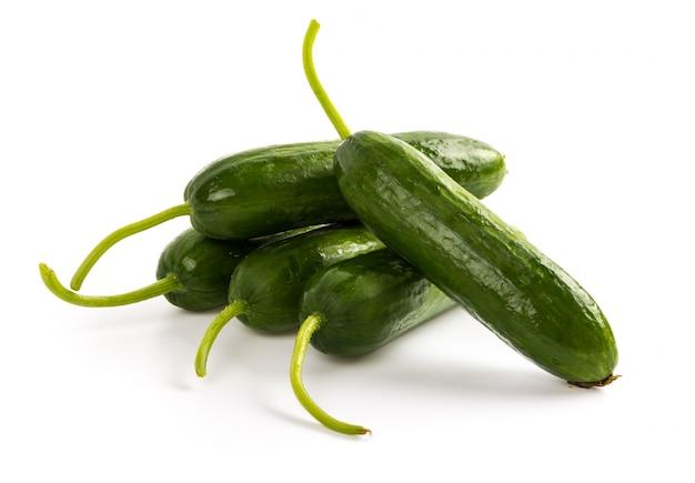 Verse komkommers op een witte achtergrond