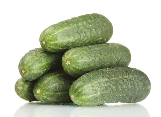 Verse komkommers op wit