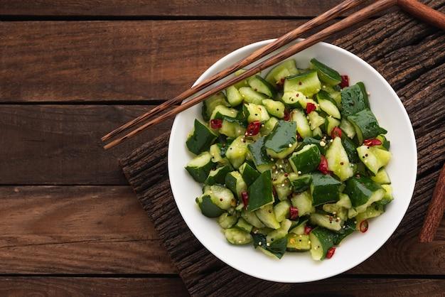 Verse komkommersalade met spaanse peper op hout