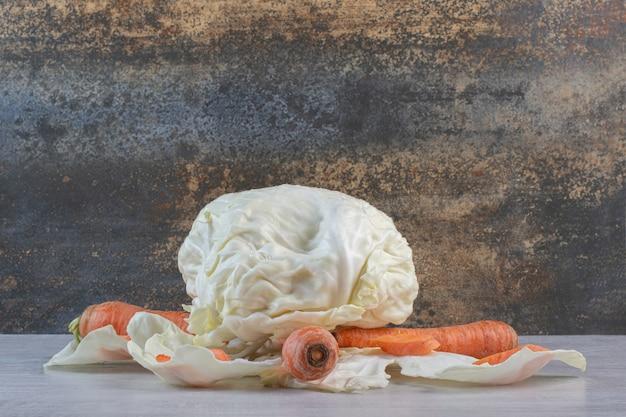 Verse kool en wortelen op steenoppervlak. hoge kwaliteit foto