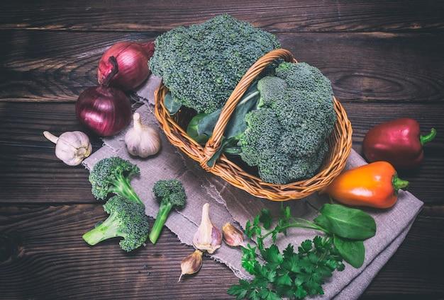 Verse koolbroccoli in een mand