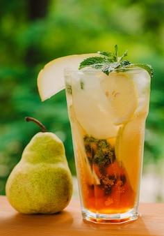 Verse koude limonade met peer en citroen op houten tafel. citroenzuur, gezond. kopieer ruimte