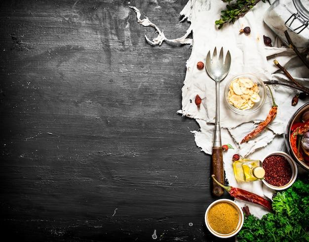 Verse kruiden en specerijen. het zwarte schoolbord.