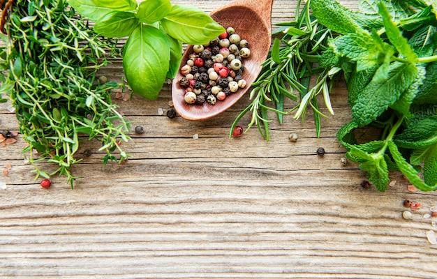 Verse kruiden en specerijen op houten achtergrond bovenaanzicht