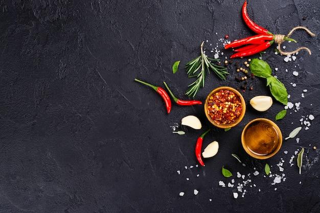 Verse kruiden en specerijen op zwarte stenen tafel