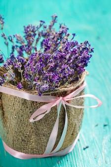 Verse lavendel op hout