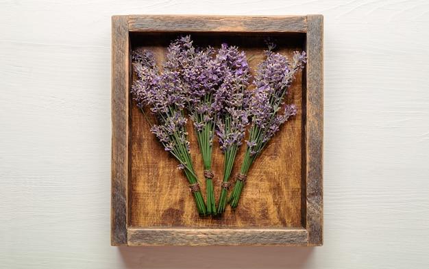 Verse lavendelbloemboeketten worden gedroogd in kisten bosjes lavendelbloemen droge apothekerskruiden