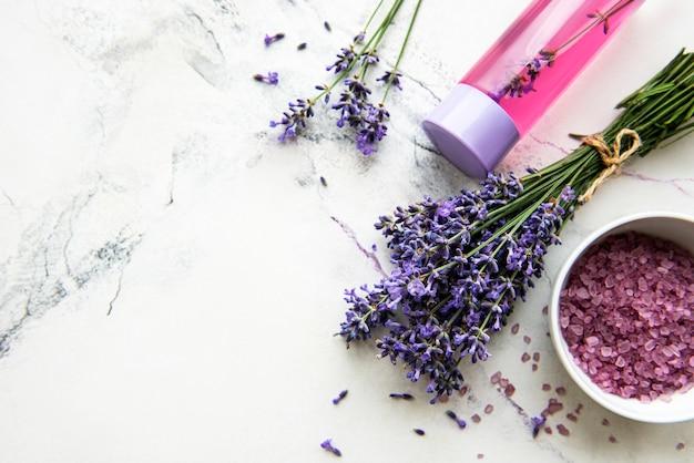 Verse lavendelbloemen en etherische olie