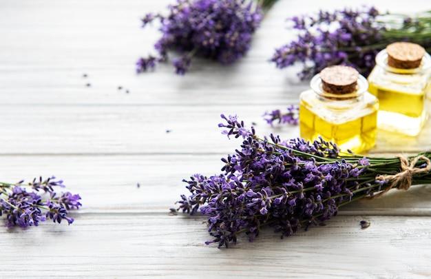 Verse lavendelbloemen en etherische oliën